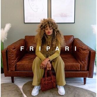 F R I P A R I | Authentique*  Sac serpent vintage  #fripari #achetez #vendez #louez #fripe #fripes #friperie #fripeenligne #enligne #online #secondemain #secondhand #vintage #vintageonline #vintageenligne #pretaporter #luxe #location #upcycler #paris #france #sac #serpent 👩🏽🦱 Modèle : @catyhia 📸 Photographe : @urbans_cam 🖥 Marketing : @epixee.fr